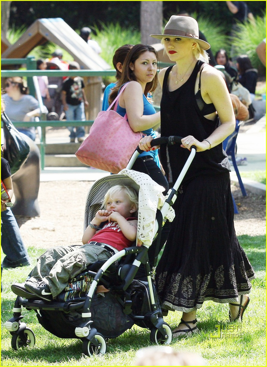Gwen Stefani Takes The Kids To The Zoo!