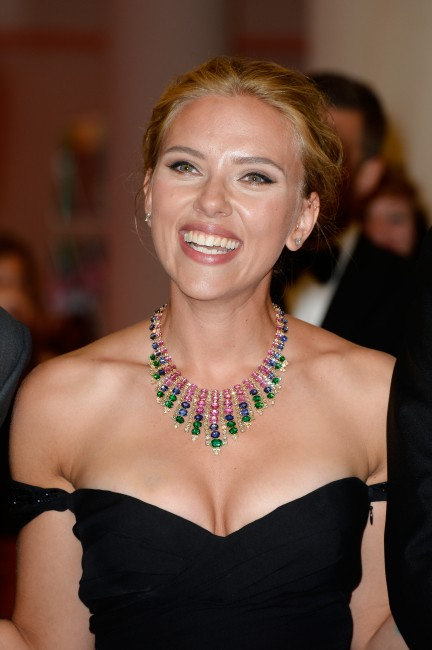 Scarlett-Johansson-sul-red-carpet-al-Festival-del-Cinema-di-Venezia-7-432x650