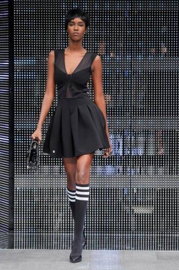 abito-corto-nero-e-calzettoni