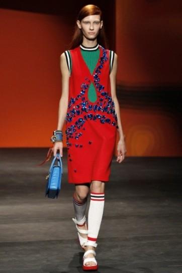 vestito-rosso-con-decorazioni-blu-di-prada