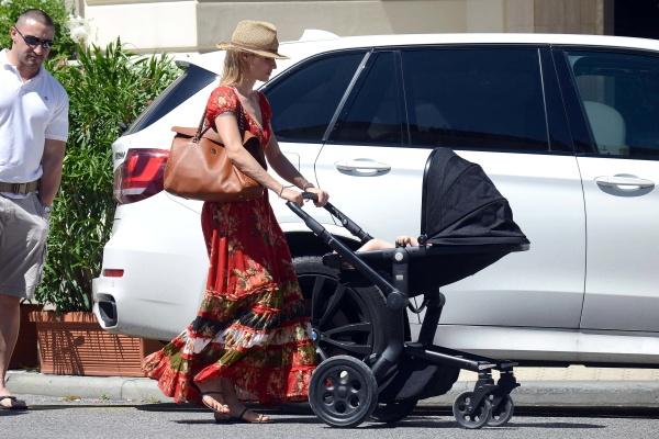 Michelle Hunziker carrying the Roberto Cavalli Regina bag @ 2014-07-01 Forte dei Marmi