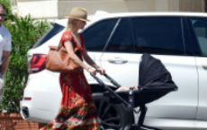 Michelle Hunziker carrying the Roberto Cavalli Regina bag @ Forte dei Marmi